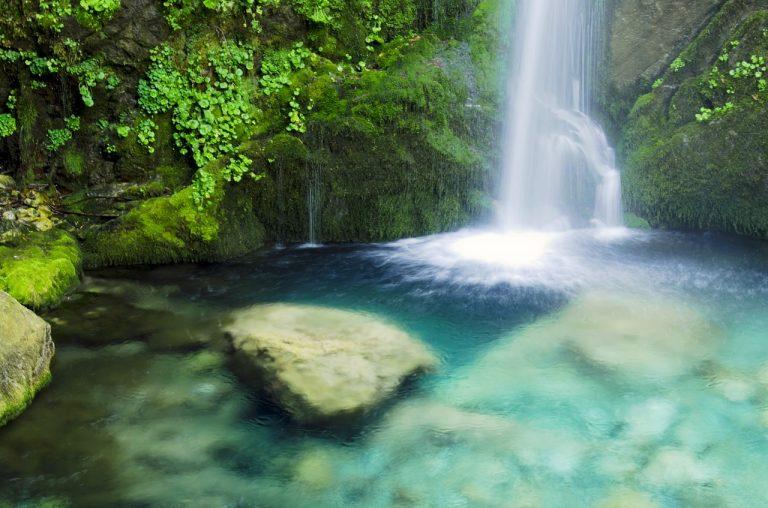 זרם מים בנהר