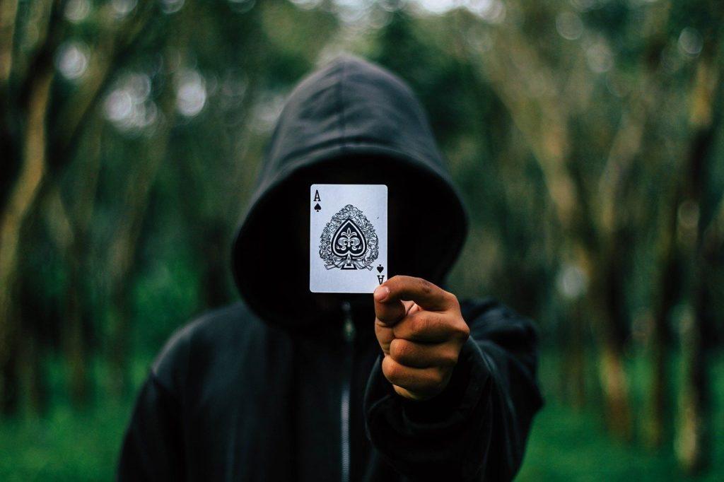 קוסם מוציא קלף
